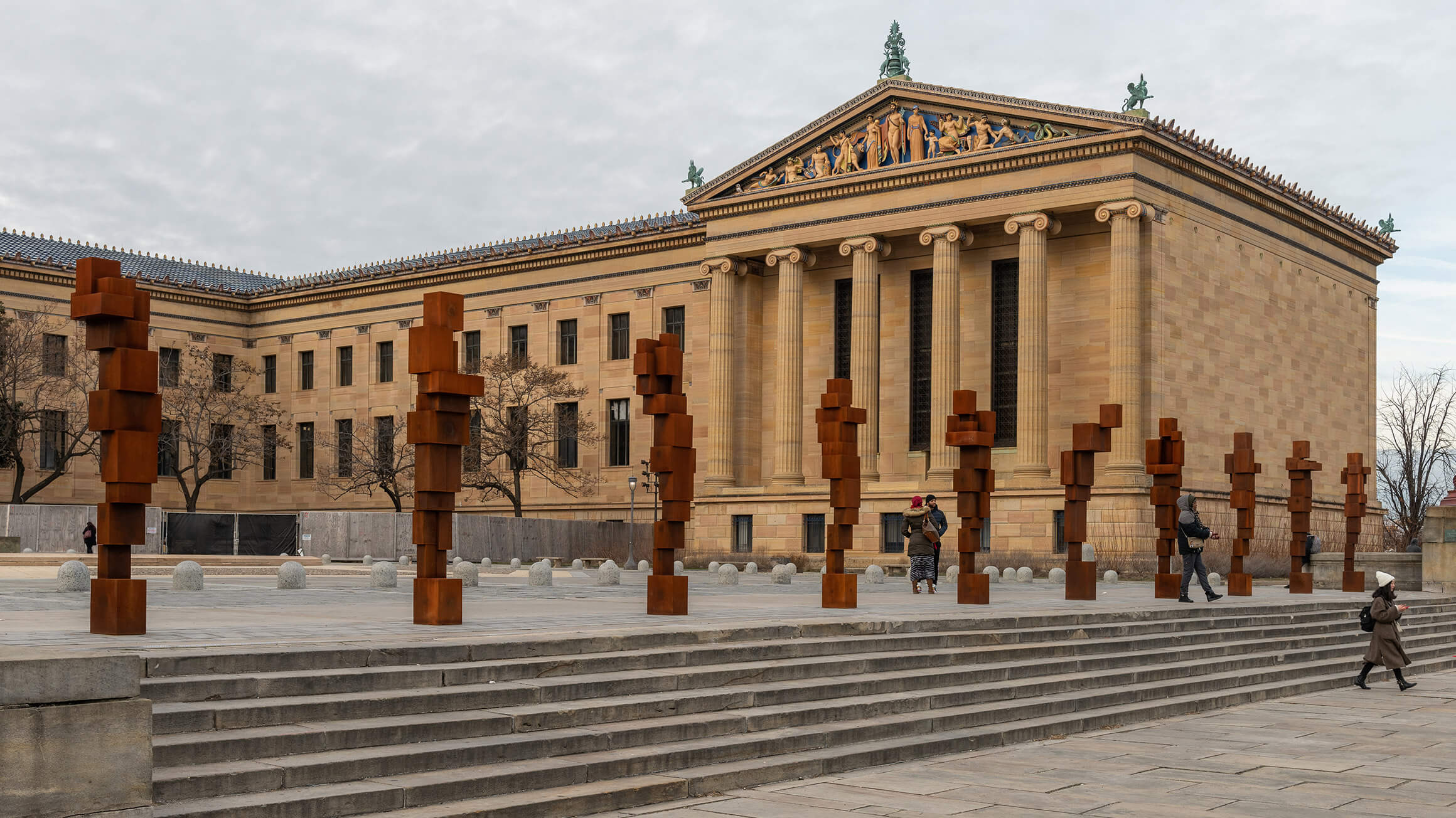 Antony Gormley: STAND, 2019, installation view, Philadelphia Museum of Art (Courtesy the artist and Sean Kelly Gallery) © Antony Gormley